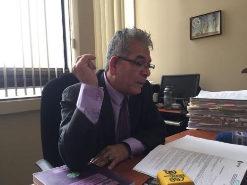 El juez Miguel Ángel Gálvez observa el dictamen del Inacif respecto a la salud de Baldetti. (Foto: Evelyn de León/Soy502)