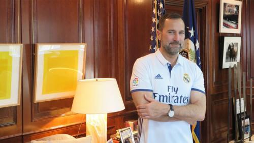 James Costos, nuevo asesor del Barsa en América liciendo hace unos meses orgulloso la camiseta del Real Madrid. (Foto: Twitter)