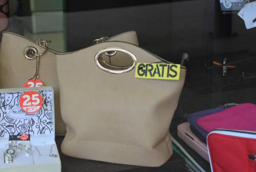 Según el cartel parece que cualquiera se puede llevar el bolso sin pagar. (Foto: Facebook)