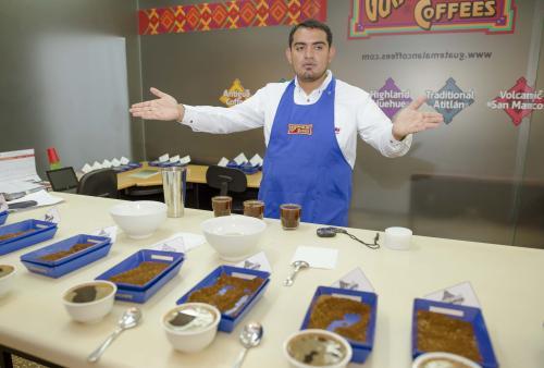 En las catas se comprueba la calidad y características de sabor de cada café dependiendo su región. (Foto: George Rojas/soy502)