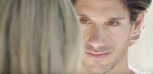 Panos Vlahos, modelo que comparte escena junto a Stephanie Zelaya en su nuevo clip. (Foto: captura de pantalla)