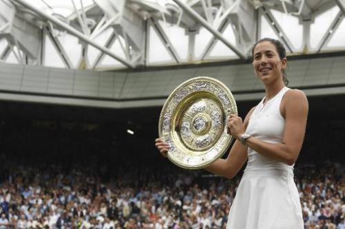 Garbiñe Maguruza celebra con el trofeo femenino Wimbledon. (Foto: AFP)