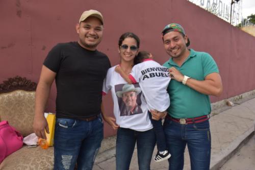 Familiares de Vargas lo esperaron con playeras y carteles que le daban la bienvenida a su tierra. (Foto: Gerardo Lorenty/Nuestro Diario)