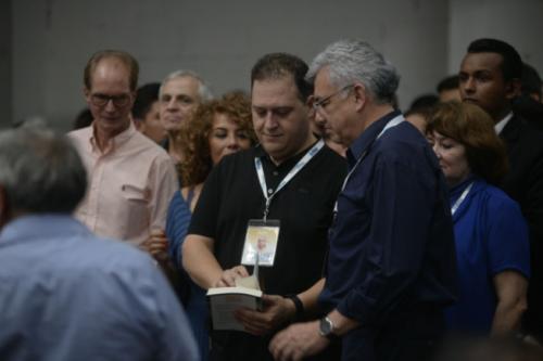 """Decenas de personas que compraron """"Pablo Escobar, In Fraganti"""" le solicitaron su autógrafo al escritor. (Foto: Wilder López/Soy502)"""
