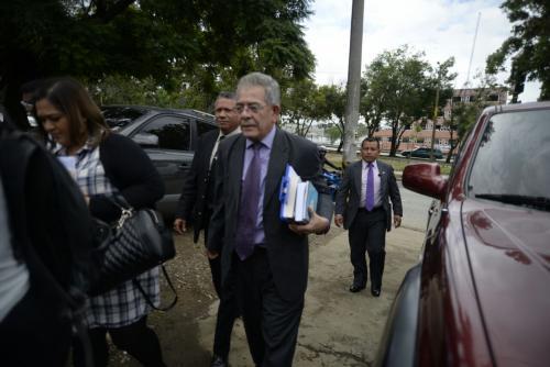 El juez Miguel Ángel Gálvez llega al hospital donde se encuentra Roxana Baldetti. (Foto: Wilder López/Soy502)