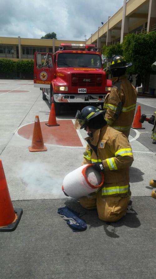 Los Bomberos Voluntarios atendieron la emergencia en el interior del Liceo Guatemala.
