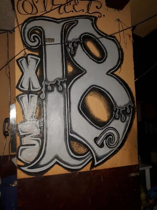 En una de las paredes de El Infiernito se encuentra la pinta realizada por integrantes del Barrio 18.