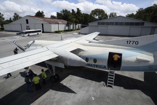El avión Fokker50 de la Fuerza Aérea será el escenario del simulacro. (Foto: Wilder López/Soy502)