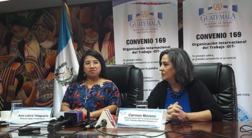 La ministra de Trabajo (izquierda) y la directora regional de OIT (derecha) explicaron los pasos de la guía operativa. (Foto: Soy502)