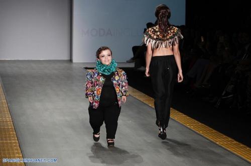 Las chaquetas de Isabella Springmühl tienen muchos detalles, en ellos resaltan los textiles guatemaltecos. (Foto: Xinhua/Bernardette Gómez)