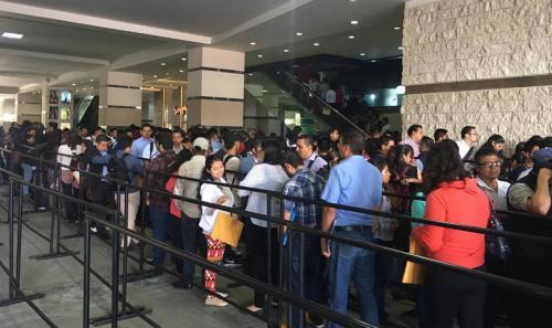 Cientos de personas esperan ingresar al Centro de Exposiciones de Tikal Futura para buscar un empleo. (Foto: Fredy Hernández/Soy502)