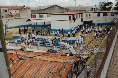 Los agentes antimotines tomaron rápidamente el control del centro.  (Foto: René Ruano/Nuestro Diario)
