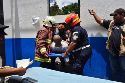 Uno de los adolescentes recluidos en Las Gaviotas es trasladado a un centro asistencial. (Foto: Jesús Alfonso/Soy502)