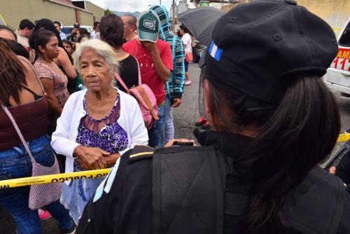 Una mujer de la tercera edad preguntaba por su nieto recluido en Las Gaviotas. (Foto: Jesus Alfonso/Soy502)