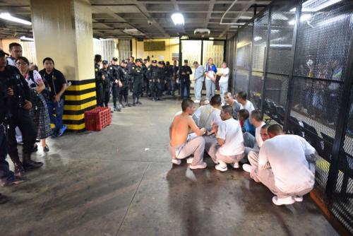 Los adolescentes fueron llevados en grandes grupos a la Torre de Tribunales. (Foto: Jesús Alfonso/Soy502)