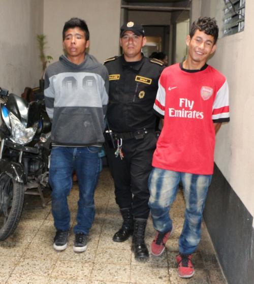 Las autoridades detuvieron a dos hombres en Santa Isabel, Villa Nueva, acusados de varios delitos. (Foto: PNC)
