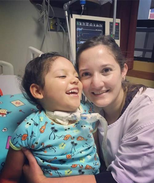 Valeria reacciona, sonríe, reconoce a sus padres y trata de moverse. (Foto: Soy502)