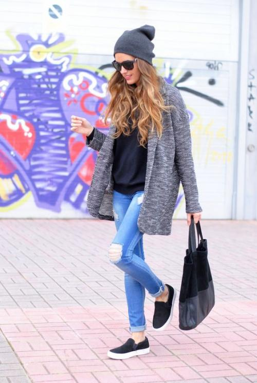 El suéter es símbolo de comodidad, si usas uno holgado debes asegurarte que el pantalón y la camiseta sean ajustados. (Foto: eslamoda.com)