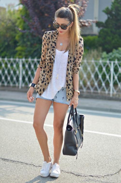 El animal print nunca pasa de moda, combinarlo con shorts es una buena elección. (Foto: eslamoda.com)