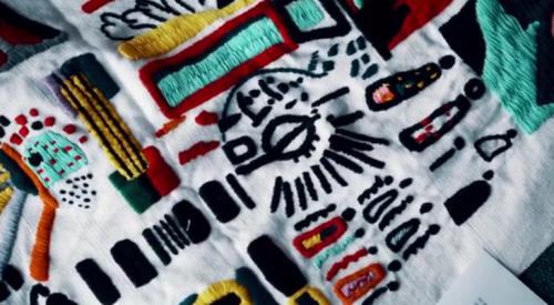 Las gráficas que realizarán las cooperativas de artesanos fueron creadas por la diseñadora británica Nelly Rose. (Foto: captura de pantalla)