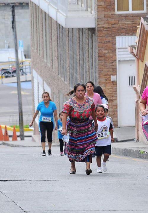 La madre acompañó a su hija en diferentes tramos. (Foto: Esner Navarro/Facebook)
