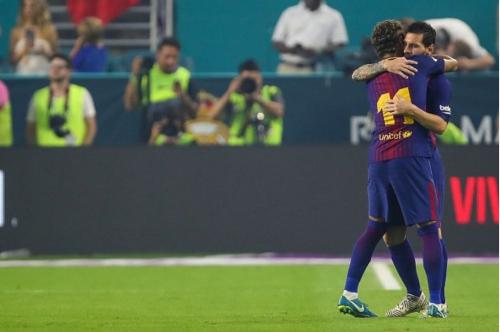 Este es el abrazo que Neymar le dio a Messi. (Foto: Getty Images)