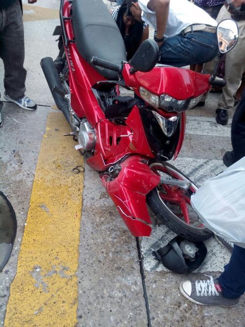 Estado de la moto tras la colisión. (Foto: Amilcar Montejo/PMT)
