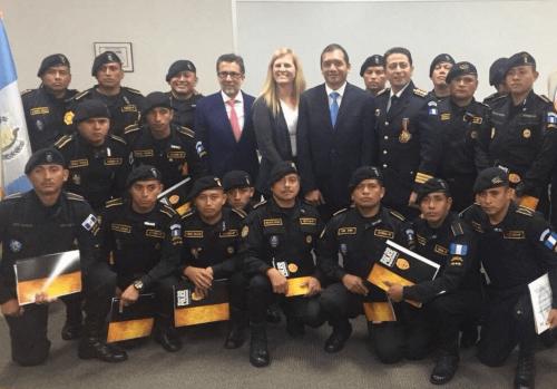 Luis Arreaga, nominado para ser el nuevo embajador de EE. UU. en Guatemala, aparece junto a oficiales de la PNC y al ministro de Gobernación. (Foto: archivo)