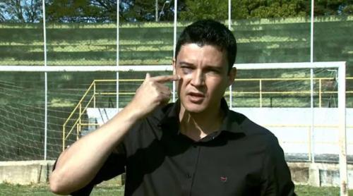 El árbitro Camilo Eustaquio de Souza mostró las lesiones sufridas a las cámaras de televisión. (Foto: Infobae)