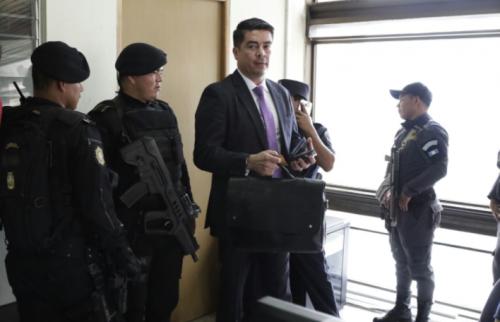"""El abogado Denis Cuesy acudió al Ministerio Público a presentar su declaración de manera voluntaria por el caso de """"La Patrona"""". (Foto: Alejandra Balán/Soy502)"""