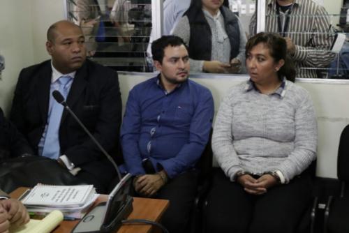 Benjamín Estrada (i), Carlos Monroy (c) y María Elena Salazar (d) guardan prisión preventiva en Mariscal Zavala. (Foto: Alejandro Balán/Soy502)
