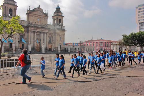 Los niños también hacen un recorrido por el Centro Histórico y conocer los sitios más importantes de la zona 1. (Foto: Germán Velásquez)