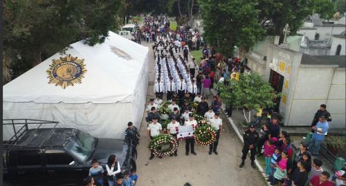 Un desfile y coronas de flores en honor a los policías que murieron cumpliendo su labor. (Foto: PNC)