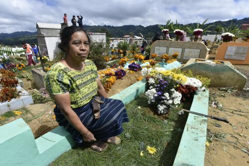 Una mujer visita la tumba de un familiar mientras se lleva a cabo el festival de barriletes en Santiago Sacatepéquez. (Foto: Cecilia Vicente/Nuestro Diario)