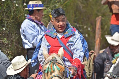Un jinete de la Carrera de Cintas sangra tras haberse caído de su caballo durante el evento que se realiza en Todos Santos, Huehuetenango. (Foto: Ronald López/Nuestro Diario)