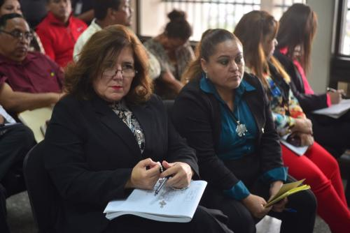La sindico Luisa María Salas Bedoya sostiene un rosario entre sus manos, a su lado, Sorayda Herincx Soto. Ambas escuchan las interceptaciones telefónicas presentadas por el MP. (Foto: Jesús Alfonso/Soy502).