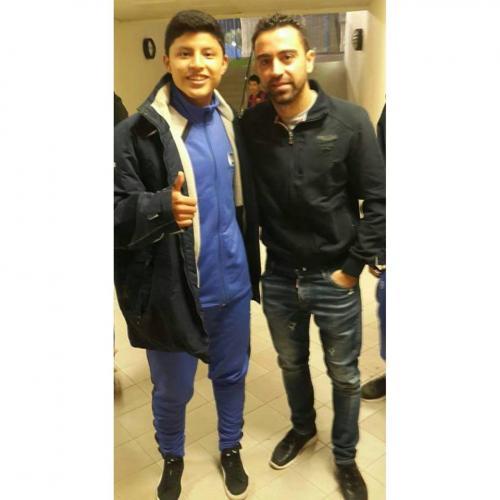 En su visita a Qatar, conoció a Xavi Hernández, mientras participaba en un campamento futbolístico. (Foto: Brolin Valdizón)