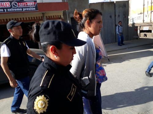 Las autoridades detuvieron a Dairy Hyajaira Duarte Camey de 31 años acusada de pertenecer a una estructura criminal que se dedica al robo de vehículos. (Foto: PNC)