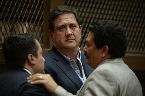 Gustavo Alejos conversa con sus abogados previo a la audiencia donde solicitó se le conceda el arresto domiciliar. (Foto: Wilder López/Soy502).