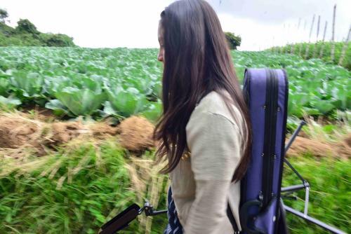 """Edras cuenta a Soy502 que la agrupación llegó a conocerse como """"La Orquesta de las Verduras"""", ya que los instrumentos fueron comprados producto de la cosecha de vegetales. (Foto: Jesús Alfonso/Soy502)"""