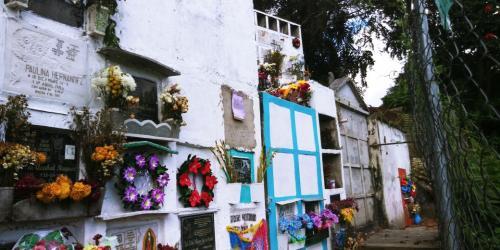 Así se observan varias tumbas en el cementerio de Santa Rosita en la zona 16. (Foto: Alejandro Balán/Soy502)