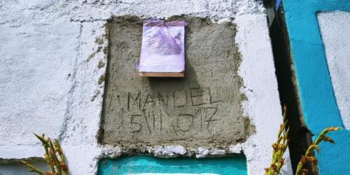 """La cripta de """"El Chero"""". Entre una bolsa plástica, la foto de Soy502 que lo hizo famoso. (Foto: Alejandro Balán/Soy502)"""