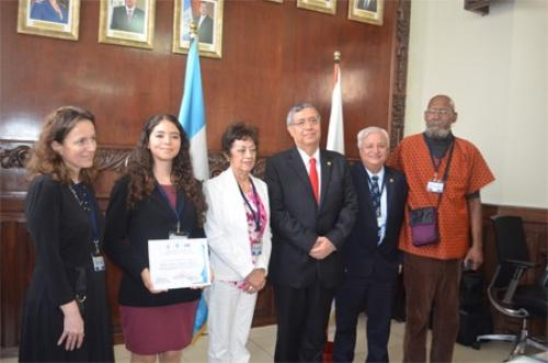 Autoridades del Gobierno de Guatemala entregaron el reconocimiento a la doctora Arrechea Alvarado. (Foto: Conacyt)