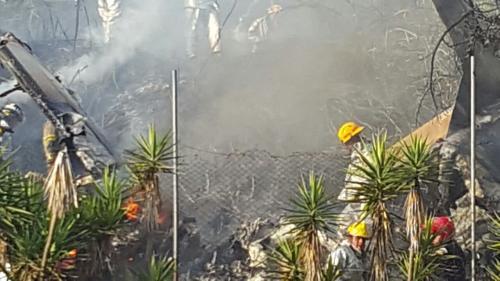 Los socorristas trabajan en el lugar para sofocar las llamas en la avioneta.  (Foto: Bomberos Municipales y Aeronáutica Civil)