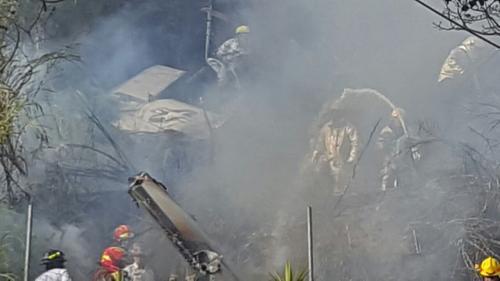 La aeronave cayó cerca de las viviendas en la colonia La Libertad en la zona 13.  (Foto: Bomberos Municipales y Aeronáutica Civil)