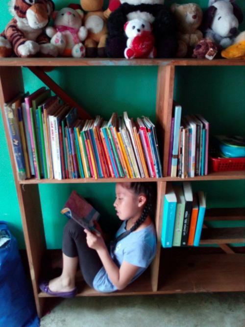 Así es como lee Marieliza Reyes en su hogar en Baja Verapaz. (Foto: Cortesía/ Sandra Reyes)
