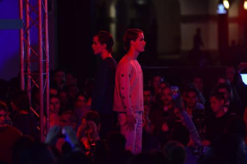 La presentación de Maison Escarlata se acompañó de una performance. (Foto: Selene Mejía/Soy502)