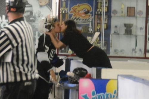 La pareja fue vista dándose un beso durante un juego de hockey. (Foto: People)