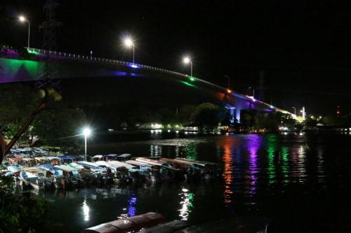 Puente de Río Dulce con la nueva iluminación. (Foto: Comunicaciones)