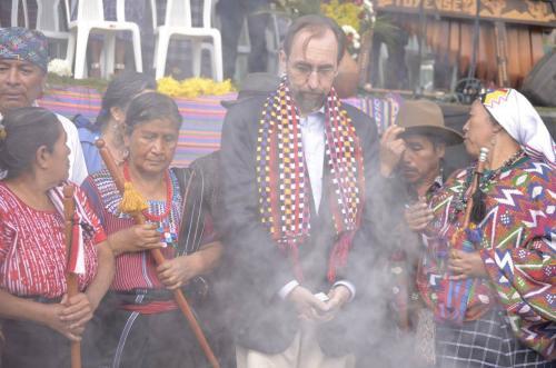 """""""Escuchar sobre su dolor, su sufrimiento, su indignación, realmente me conmueve. La discriminación que han sufrido por tanto tiempo, la marginación y las crueldades, han sido expresadas en una manera que solo quienes las han sentido de manera profunda pueden hacerlo"""", afirmó el Alto Comisionado Zeid Ra´ad AlHussein, durante su encuentro con autoridades y organizaciones indígenas de los pueblos Maya, Xinca y Garífuna, realizado en Sololá el 18 de noviembre. (Foto: Facebook/OACNUDH-Guatemala)"""
